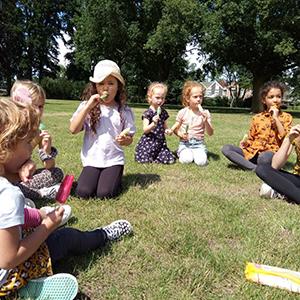 ijsjes eten in het park
